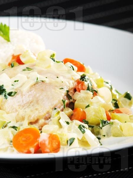 Задушени пилешки бутчета със зеленчуци и сметана и гарнитура от варен бланширан ориз - снимка на рецептата